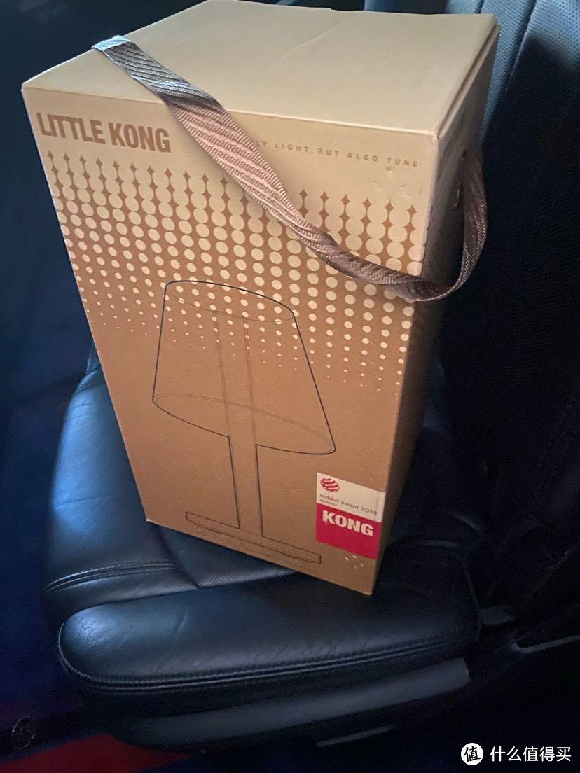 外包装盒就是礼盒形式,配有布提手,盒子颜色也够档次,可以买来直接当礼物送人,不需要额外包装