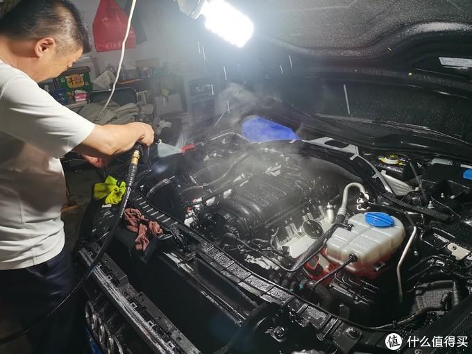 因为是热车清洗,所以发动机上出现大量的水蒸气。全铝发动机金属韧性要好很多,但如果是铸铁发动机热车清洗就会有缸体变形的风险、