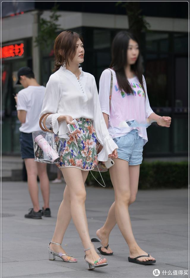 雪纺白衬衣搭配复古花纹短裤,大气优雅,时尚精致
