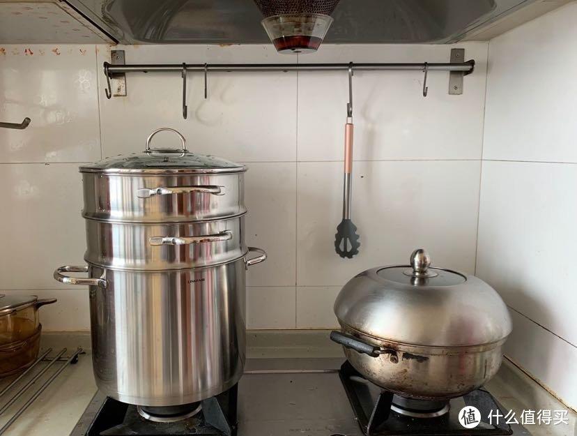 新旧两代蒸锅的对比。