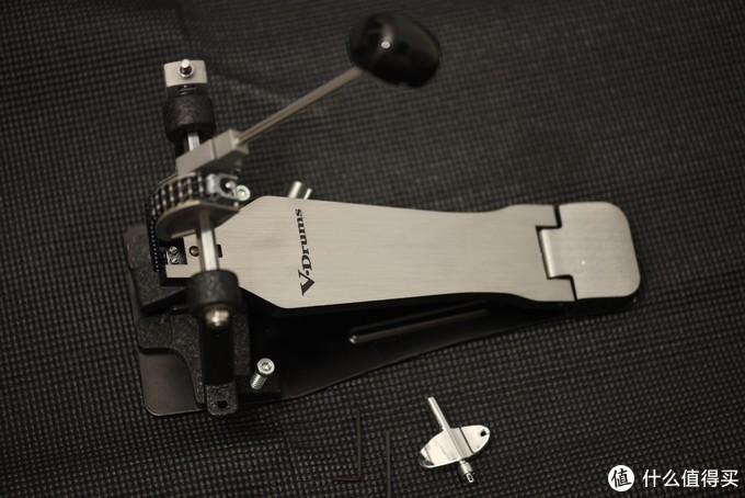 底鼓踩锤,只要把踩锤插进去拧紧即可,很好安装。