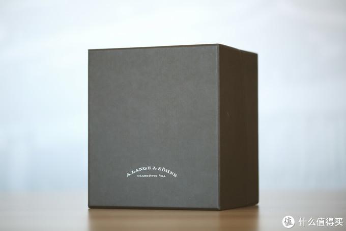 """朴实无华的""""朗格灰""""表盒外包装"""