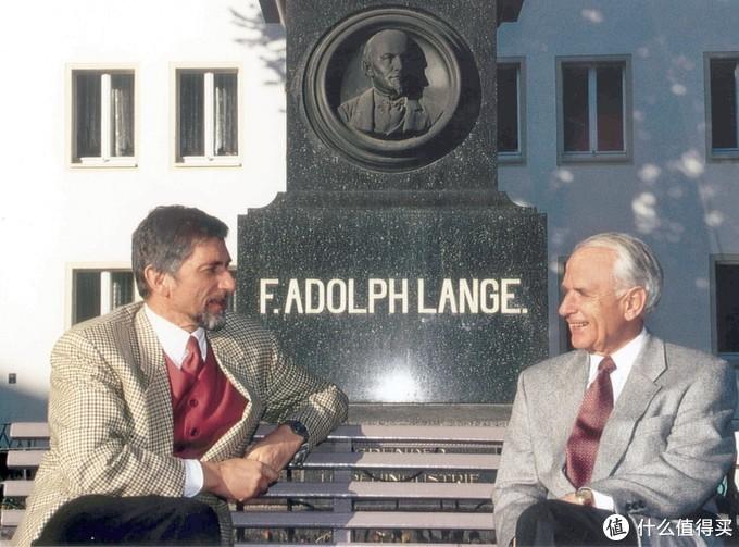 君特·布吕莱恩(左)和瓦尔特·朗格(右)在朗格创始人雕像前