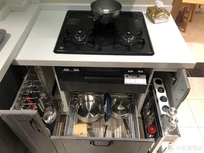 我将左边作挂篮,悬挂锅铲等物件,右侧是调味料等物品,中间放锅具。