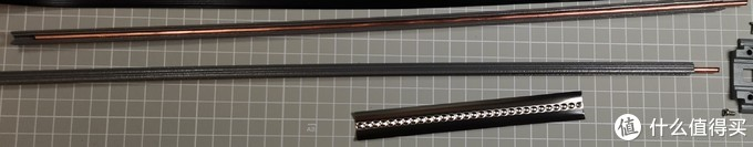 上方两根铜棒是火线和零线,下方的不锈钢片是地线