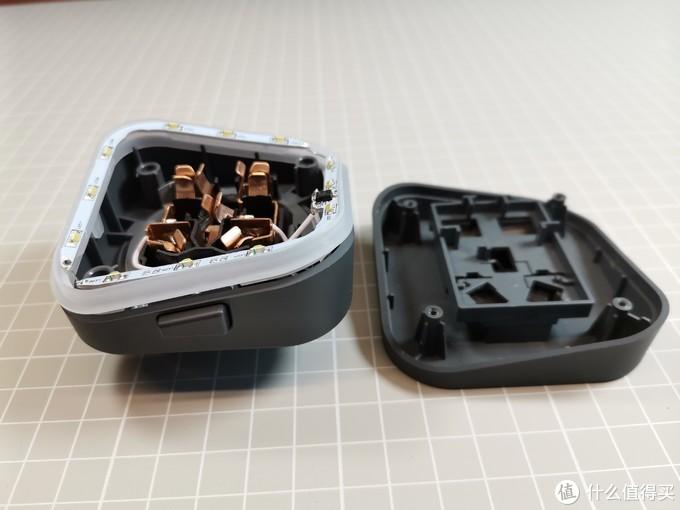 西门子适配器拆解后上、下两部分为异形结构,中间有一圈LED灯,通电后非常漂亮。做工也非常好,开模精确,无飞边毛刺