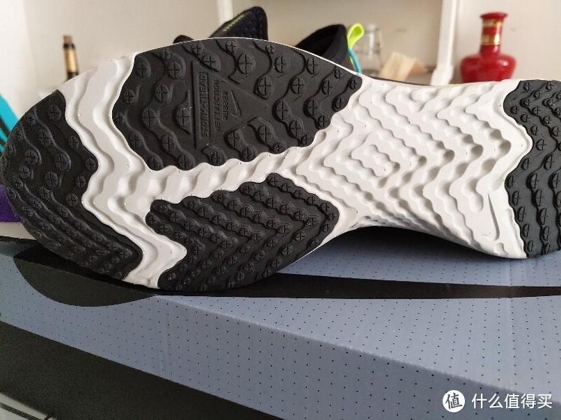 鞋底增大了橡胶面积