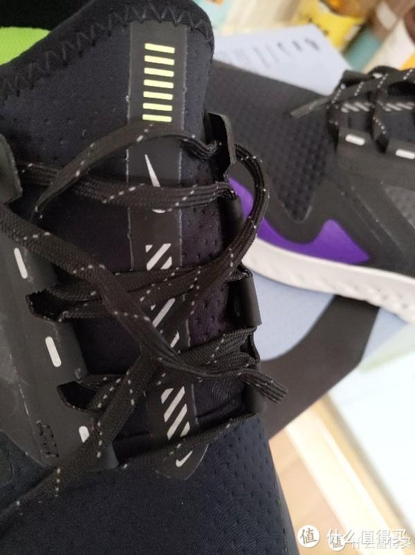 鞋带处也有大量反光材质