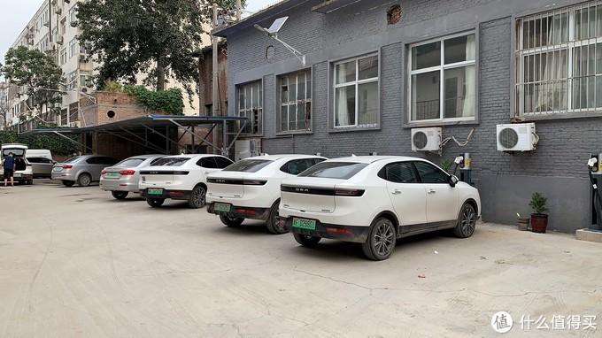 在充电的大部分都是新能源网约车,个人车辆大概占三成
