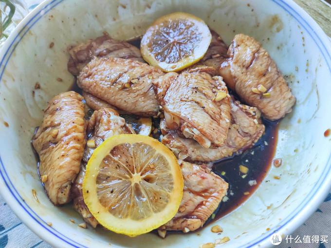最近鸡翅这个做法火了,不用一滴油,外焦里嫩,做法简单太香了