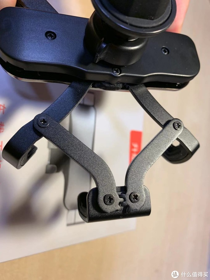 支架个部分的连接是用螺丝完成的,没有垫片。使用一段时间后可能会螺丝松动,导致松旷和异响。算是一个耐久性方面的质量隐患。