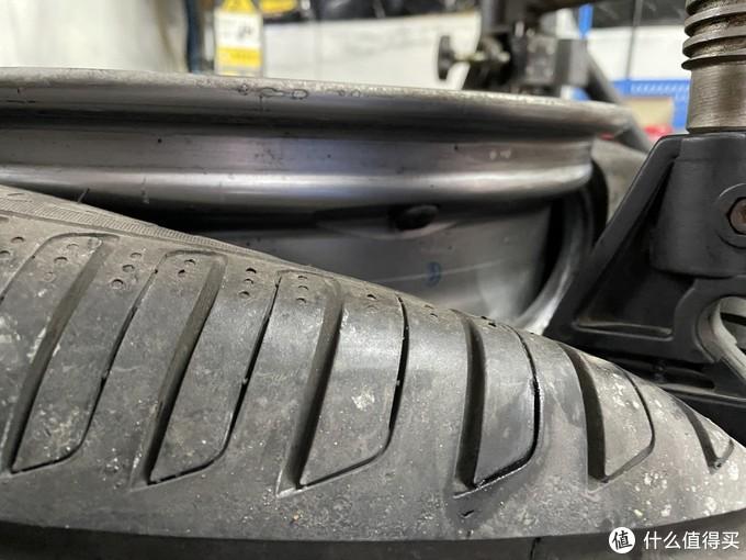 轮胎放气后压下气嘴一侧即可露出
