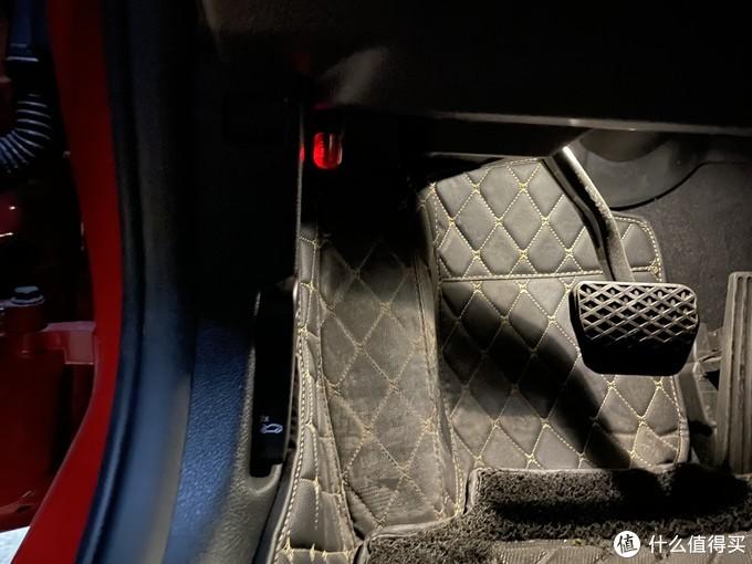 把OBD设备插入到车辆的OBD接口
