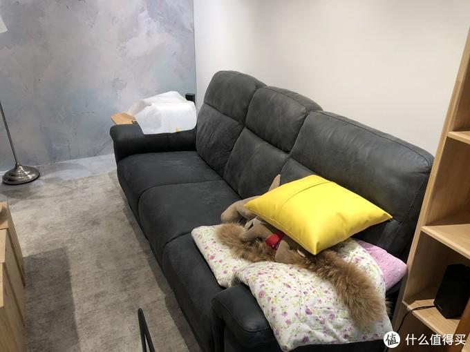 黑色沙发是MD(夏图)的,电动的,1W实体店入手。颜色选错了,哎,感觉和现场非常不搭调。不过坐感舒适程度一流,颜值就可以忽略不计了。