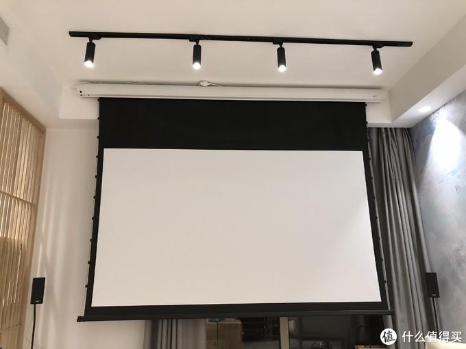 幕布就是挂在窗前,平时不看电视就收起来,是亿立的拉线幕布,100寸的,2500入手的