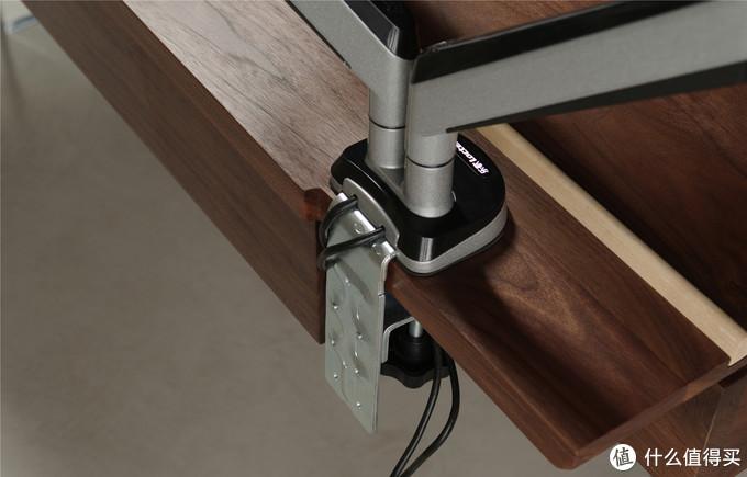 预留夹持位避免了桌面打孔,夹持以后也可以完全靠住墙不留缝隙