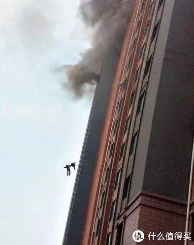 2014年5月1日,上海徐汇区一高层居民楼发生火灾,钱凌云、刘杰两名消防员在扑救过程中,受轰燃和热气浪推力影响,从13楼坠落