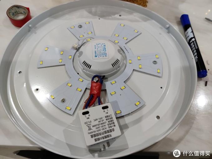 盒子上标有输入和输出,按照标示把线接好,用3M胶把控制器粘在灯盘上。