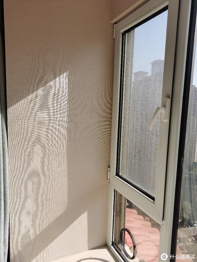装完就这个效果,其实侧面墙是最好的位置,奈何墙太厚,有60几公分,不知道是称重柱还是空心的,懒得折腾,还是换块玻璃吧