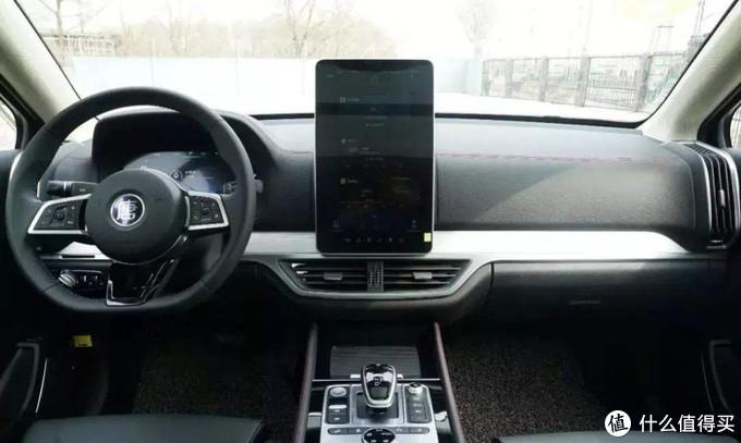每次坐他车都以为他把ipad贴中控上了😭