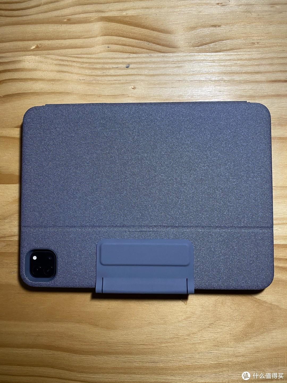 背面,上面的扣可以正反两面吸在面板上,中间可以插笔。