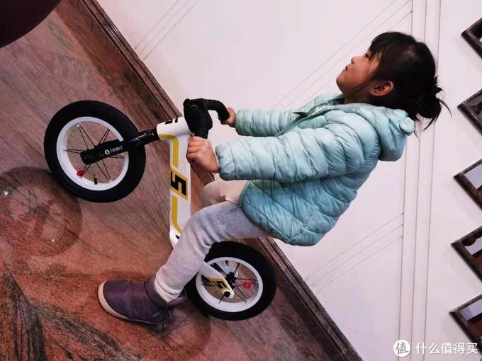 孩子第一辆滑步车,一体镁合金车架贝影随行F5入手