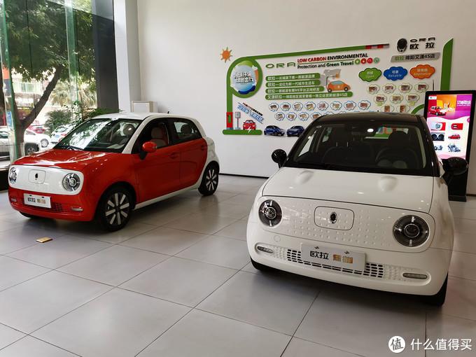 11月7日走进4S店时拍的,都是刚到的新车,我提了左边这辆。此图看起来完全是个红车