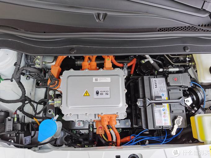 再来一张机舱正面。中间写着欧拉字样的不是发动机……这是个充电机,类似于手机的快充头。旁边有个小电瓶,输出12V的,吉祥物级存在,毕竟下面有33度的动力电池。