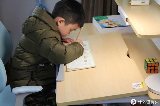 交智商税了吗?分享外甥的电动升降学习桌