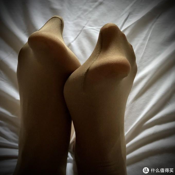 这羞耻的包裹感——年轻汉子穿上的第一条打底袜