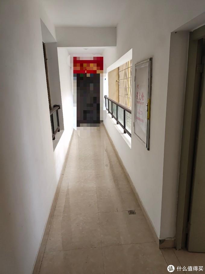 看看隔壁家门口这走廊,1000个柠檬🍋🍋🍋