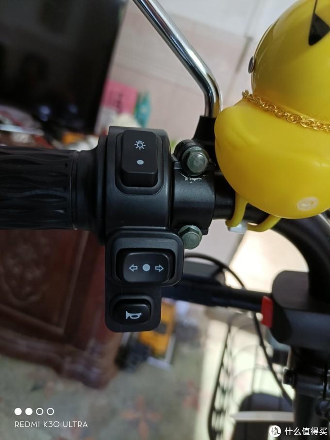 在淘宝购买一个转向灯开关和三线的双闪的开关然后替换上去。 我的方案是把上面的灯光按钮换成开关日行灯的。  (他们工作的原理   就是你按一个按键,他就两个线就进行通电这样子。)