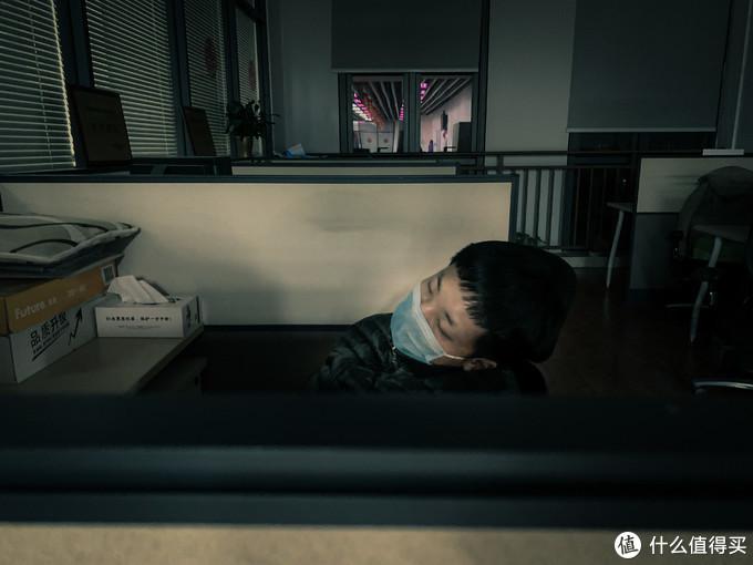 2月1日,凌晨5点多,累了的同事摊睡在工位上.XS MAX