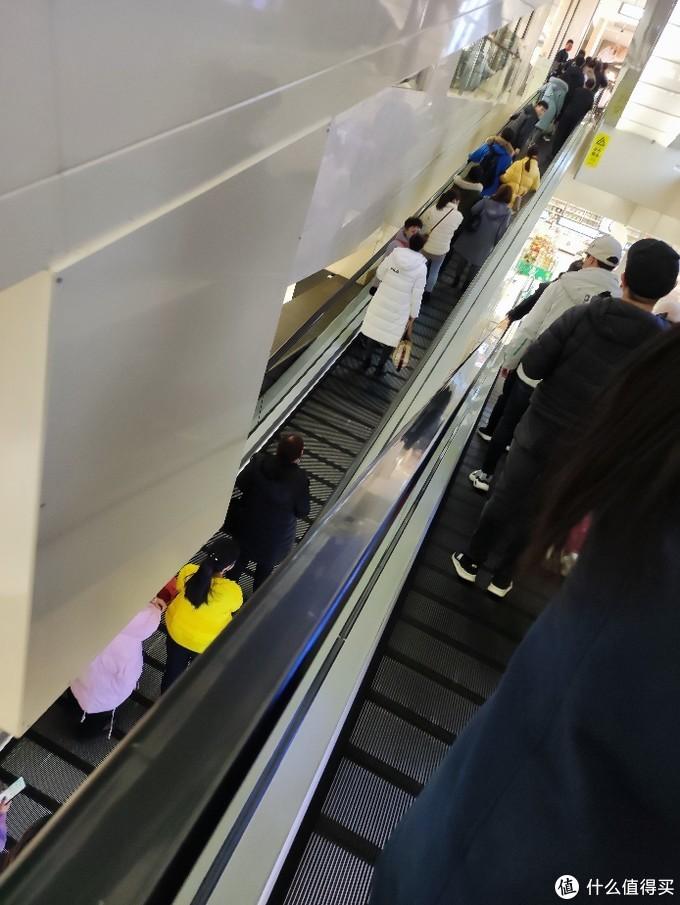 很多人在乘电梯