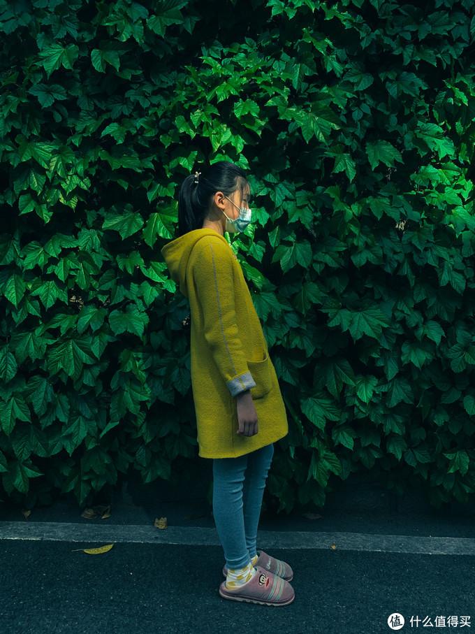 这是在一个车库边上,光线和背景绿叶看上去很漂亮,就让女儿站在那里咔嚓了一张。XS MAX