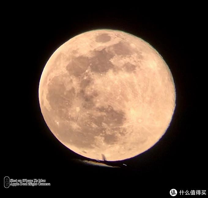 满月的时候,一架飞机从月亮下经过。XS MAX+80DX