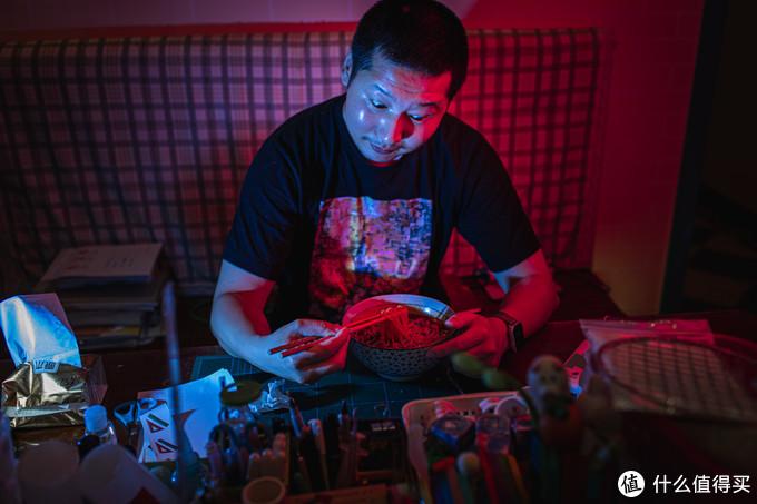 在家里玩赛博朋克风格。EOS R+双闪光灯+滤色片