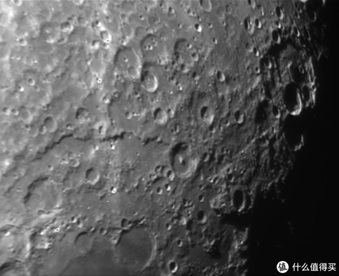 这张是用了T7C+3X巴罗+80DX拍摄的月面细节,80DX镜头素质就这样了,要是换个好点的镜头画质会更棒。
