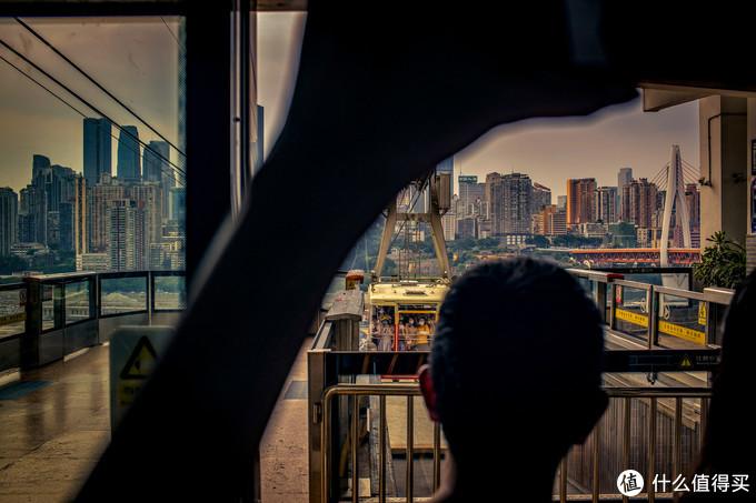 作为一个土生土长的重庆人,我已经有起马2,30年没有坐过过江索道了,这次也是带女儿和同学来感受一下重庆的文化底蕴