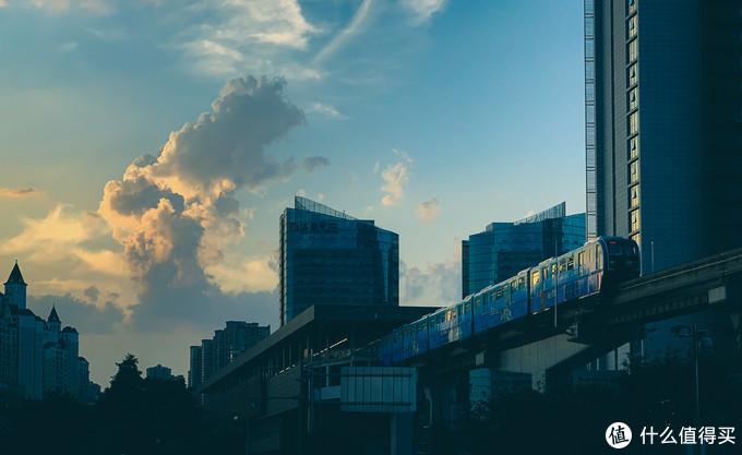 在汽博中心拍摄的夕阳下的轻轨3号线。XS MAX