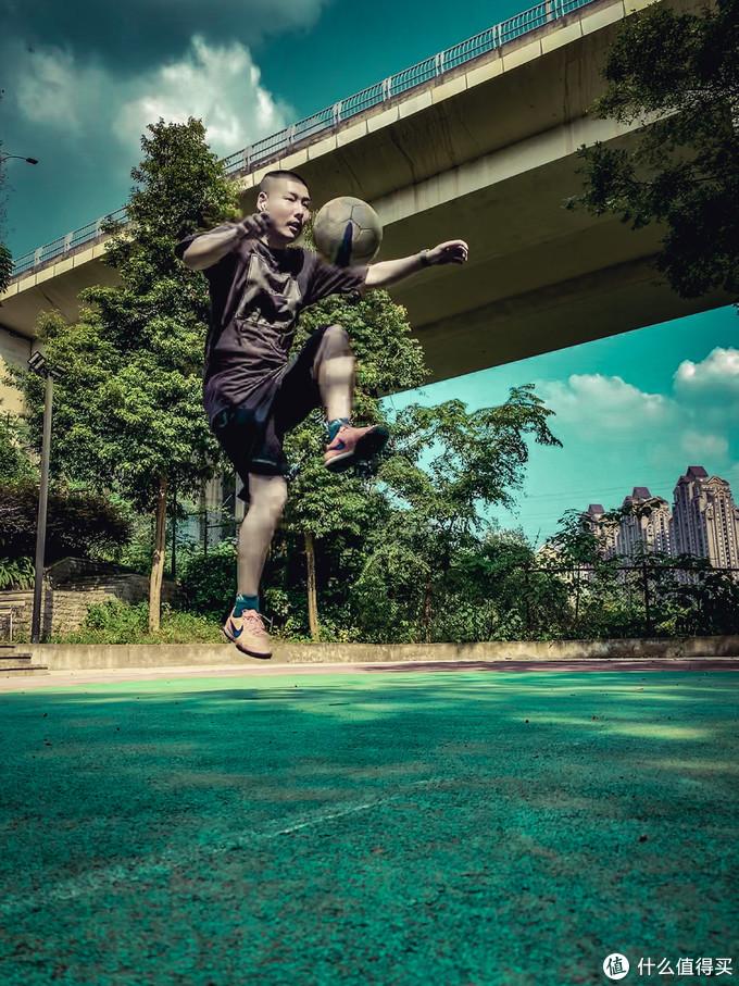 在小区篮球场踢踢球,这是我10个月前做了跟健止点手术后的恢复性训练。