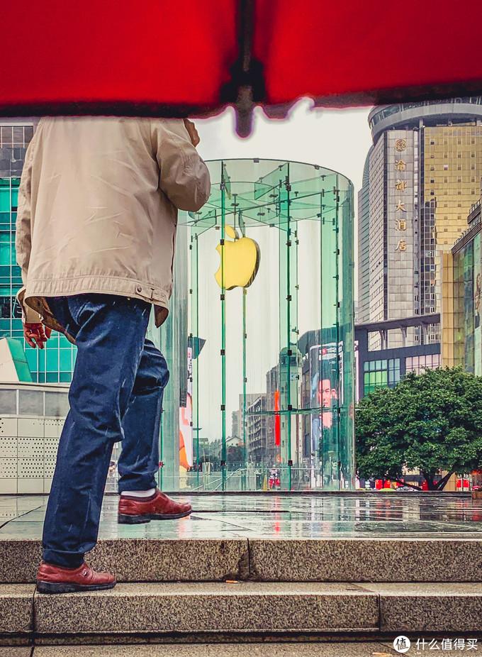 雨中的苹果店。 XS MAX