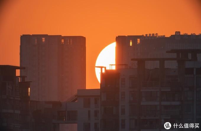 躲在房子后的太阳。EOS R+80DX