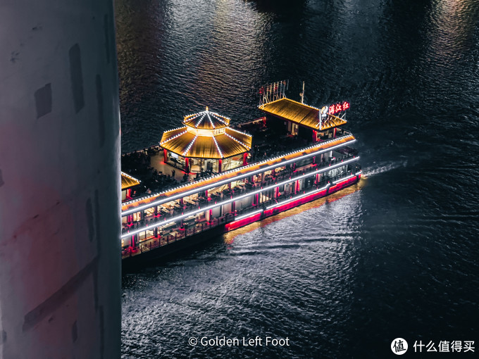 千厮门大桥上拍摄的两江游船。12 PRO MAX