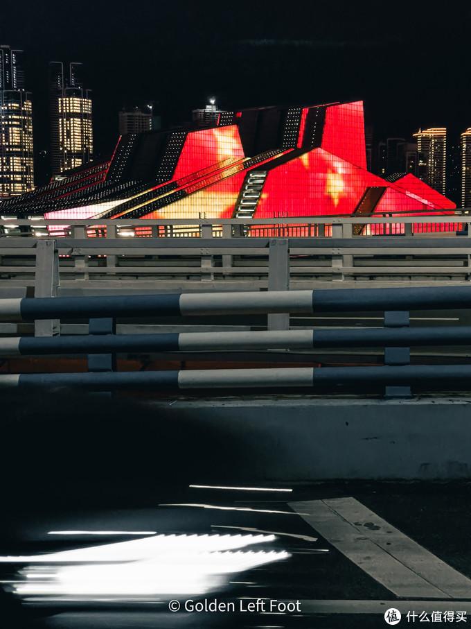 在千厮门大桥上拍摄的重庆大剧院。12 PRO MAX