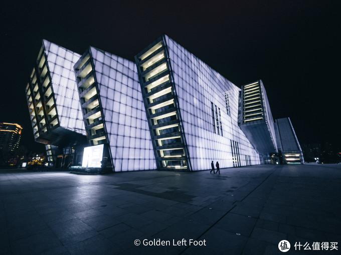 夜幕中的重庆大剧院。12 PRO MAX