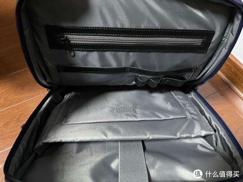 里面有电脑隔层,ipad隔层,还能挂几只笔,还有2个证件收纳袋,里布材质只能说还行,不如专柜款新秀丽的有质感。