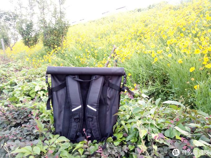 让商务出行收纳更便捷,Knomo卷盖式防水背包