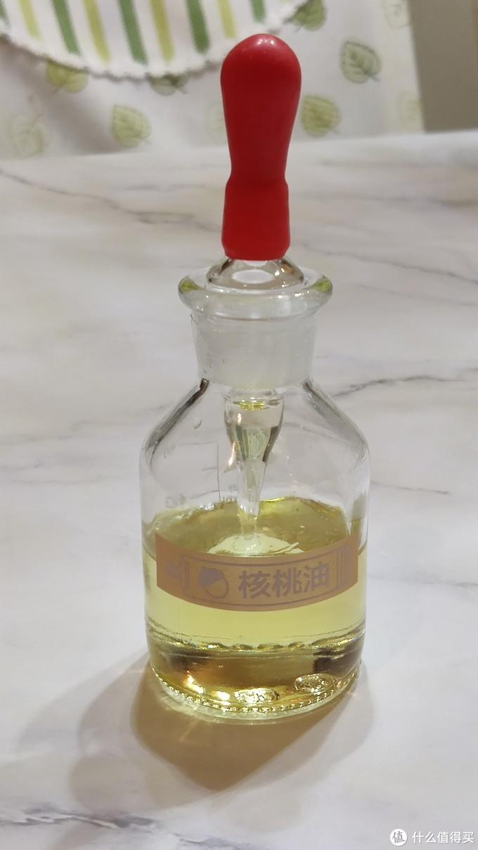 承装了核桃油的玻璃滴瓶