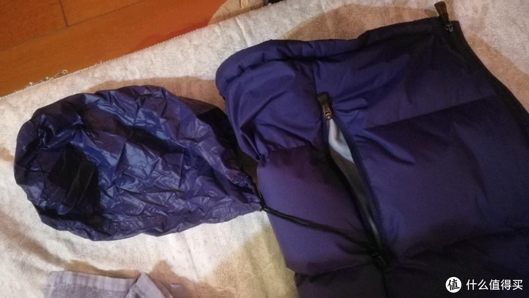 左边口袋里的一个装羽绒服的口袋,用一根绳子和衣服固定。